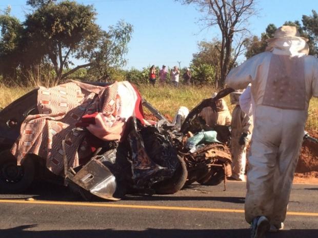 Acidente entre carro e caminhão carregado com abelhas deixa dois mortos